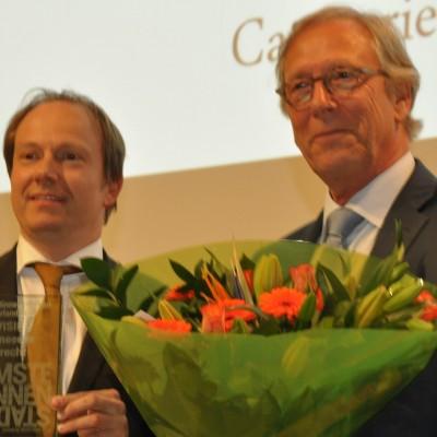 Jeroen Kreijkamp neemt de award 'Slimste visie' in ontvangst voor Utrecht