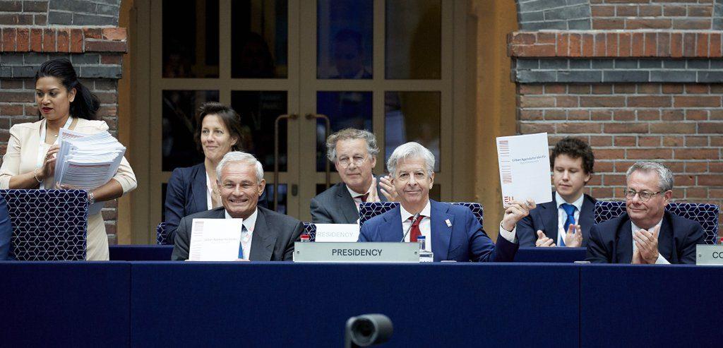 Minister Plasterk houdt het Pact van Amsterdam omhoog. Foto: Martijn Beekman