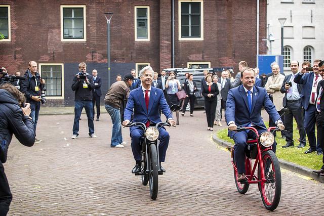 Minister Plasterk op de e-scooter.