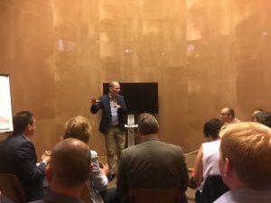 Ruben Maes opent de strategische sessie op het IABR.