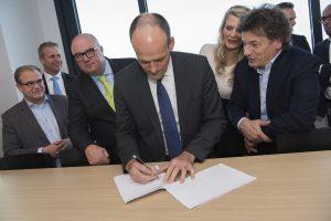 Utrecht, 11 november 2016. Bestuurlijke top Circulaire Economie: Van Afval naar Grondstoffen. Ondertekening van de City Deal Circulaire Stad.