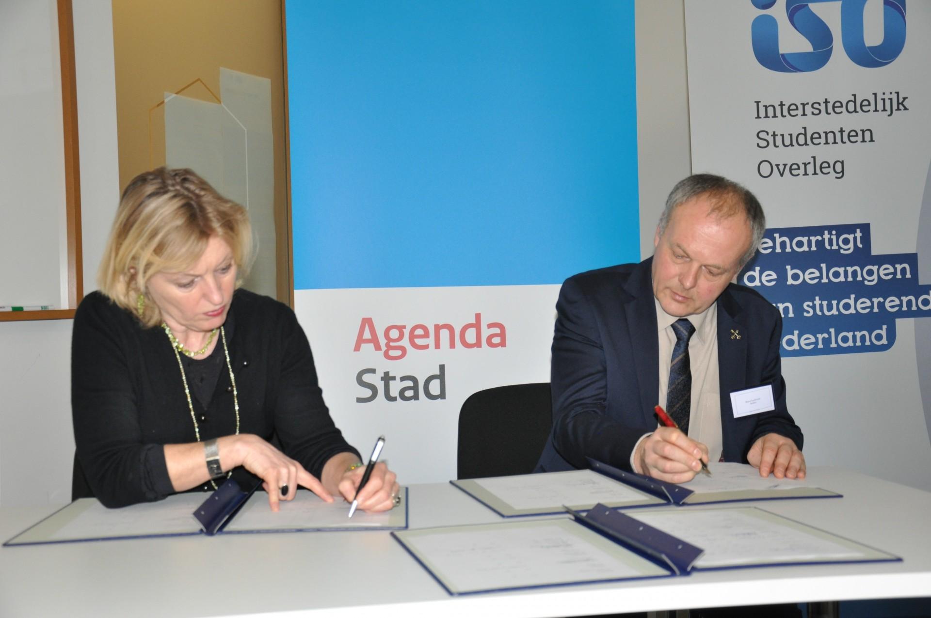 Minister Jet Bussemaker en Henri Lenferink, burgemeester Leiden en voorzitter van het Netwerk Kennissteden ondertekenen de City Deal. Foto: Pieter Verbeek.