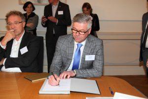 Wethouder Rorink ondertekent de City Deal.