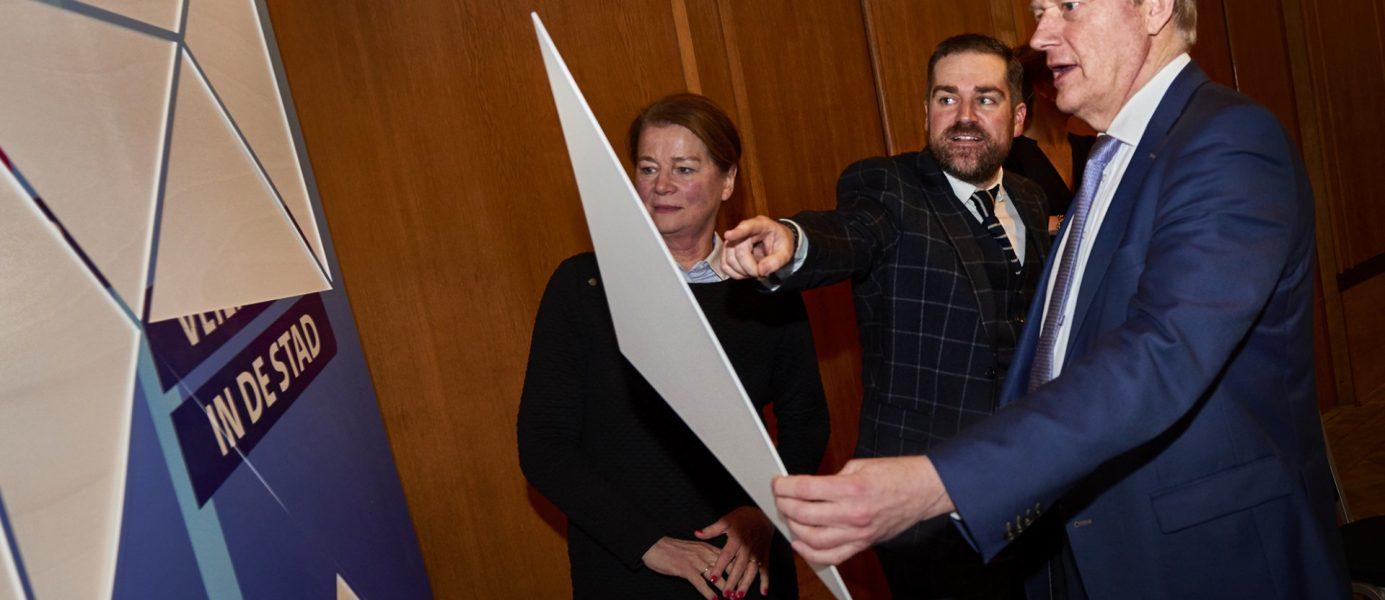 Burgemeester Penn-Te Strake van Maastricht trapt samen met de staatssecretarissen Dijkhoff en Van Rijn de City Deal af met het leggen van het laatste puzzelstuk.