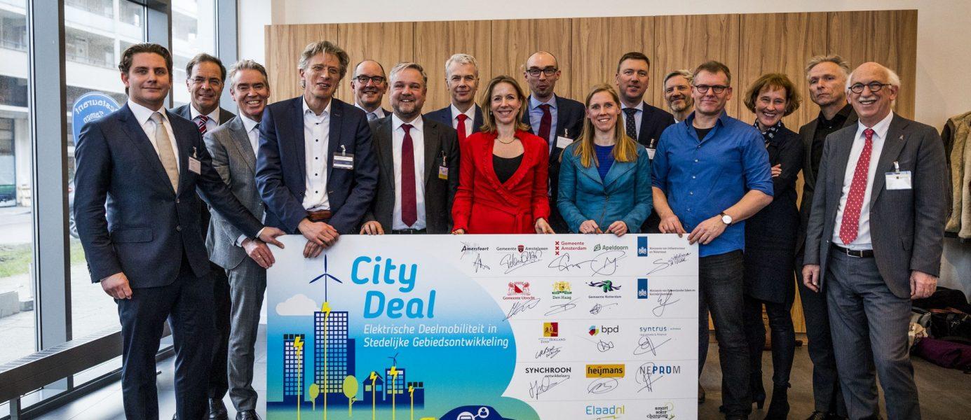 De ondertekenaars van de City Deal Elektrische Deelmobiliteit (Foto: Valerie Kuypers)