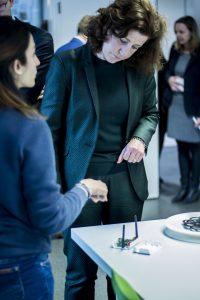 Minister van Engelshoven (OCW) op werkbezoek in Enschede. Hier luistert ze aandachtig naar een toelichting van een student in het Mechatronicalab van Saxion.