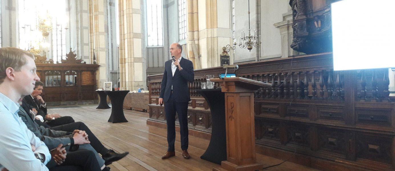Van Poeljelezing: Otto Raspe tijdens de presentatie van het PBL-rapport in de Grote Kerk in Zwolle