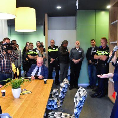 Wethouder Ter Laak opent het wijkcentrum en licht de pilot toe. Foto: Stichting Zoetermeer Actief