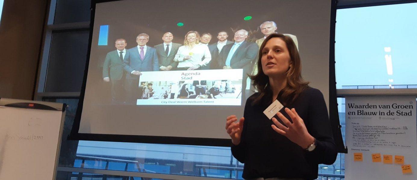 Suzanne Potjer (Urban Futures Studio) vertelt bevlogen over het belang van de deal-aanpak van Agenda Stad tijdens de leerbijeenkomst eind november