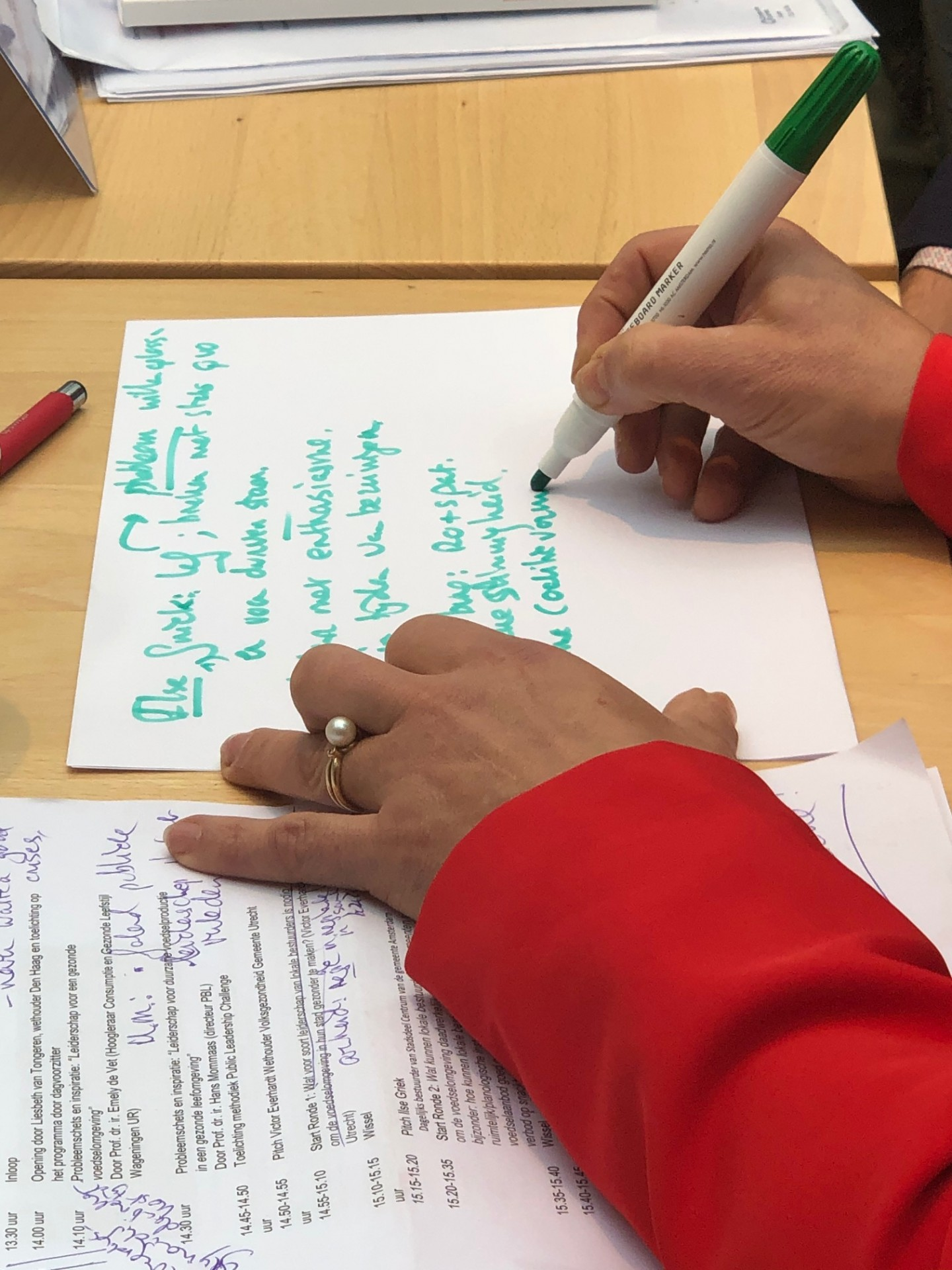 Een deelnemer schrijft mee tijdens de PLC bijeenkomst op 16 oktober 2019 in Den Haag
