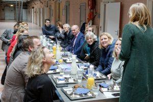 Stuurgroepleden en leden projectgroep City Deal Zorg voor Veiligheid in de Stad zittend in de voormalige Koepelgevangenis tijdens de slotbijeenkomst in Breda.