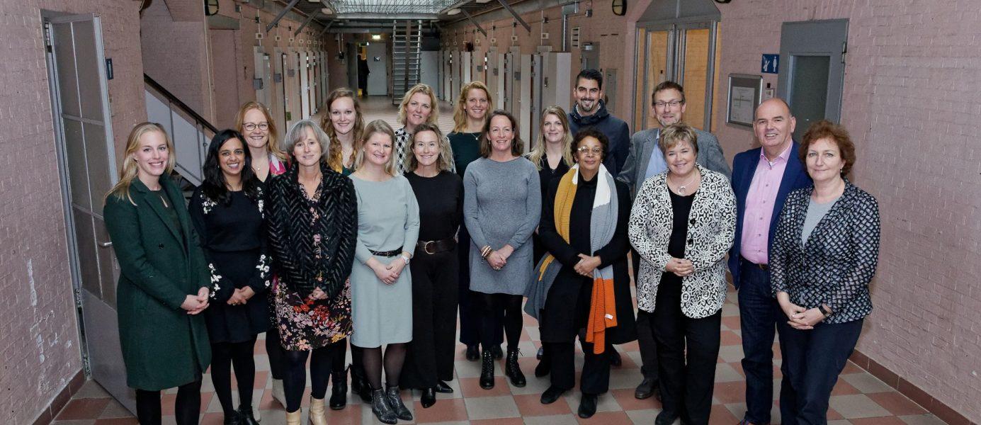 Leden van de projectgroep van de City Deal Zorg voor Veiligheid in de Stad samen met de stuurgroepleden tijdens de slotbijeenkomst in de voormalige Koepelgevangenis in Breda.