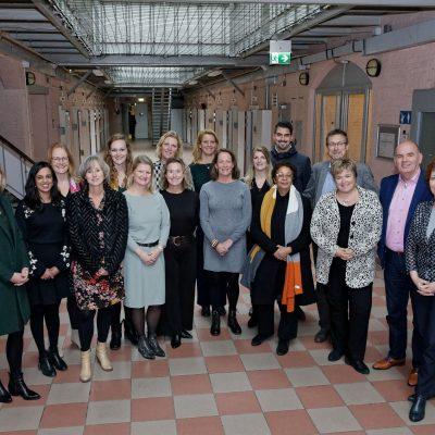 Stuurgroepleden en leden projectgroep City Deal Zorg voor Veiligheid in de Stad staand in de voormalige Koepelgevangenis tijdens de slotbijeenkomst in Breda.