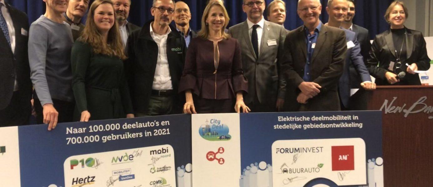 Minister Van Veldhoven met de nieuwe partners voor de City Deal en de Green Deal op 18 december 2019