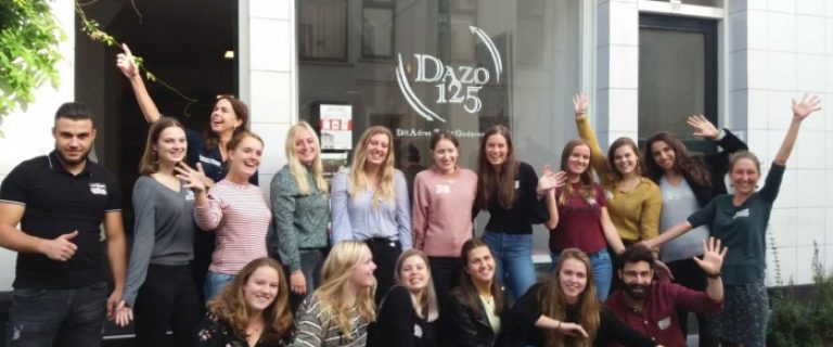 Groepsfoto met vrolijke studenten die poseren voor een van de Sparkcentres (werkplaatsen) van de Hogeschool Arnhem en Nijmegen (HAN)