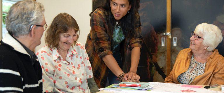 Een medewerker van een Buurtwinkel voor Onderwijs, Onderzoek en Talentontwikkeling (BOOT) in gesprek met ouderen