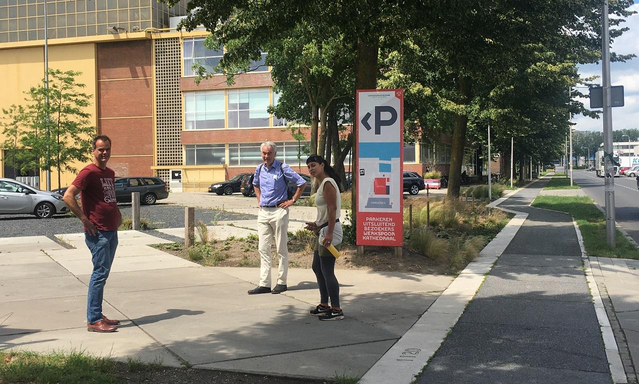 Drie gastsprekers van het webinar vooraf ingesprek op de parkeerplaats van de Werkspoorcathedraal