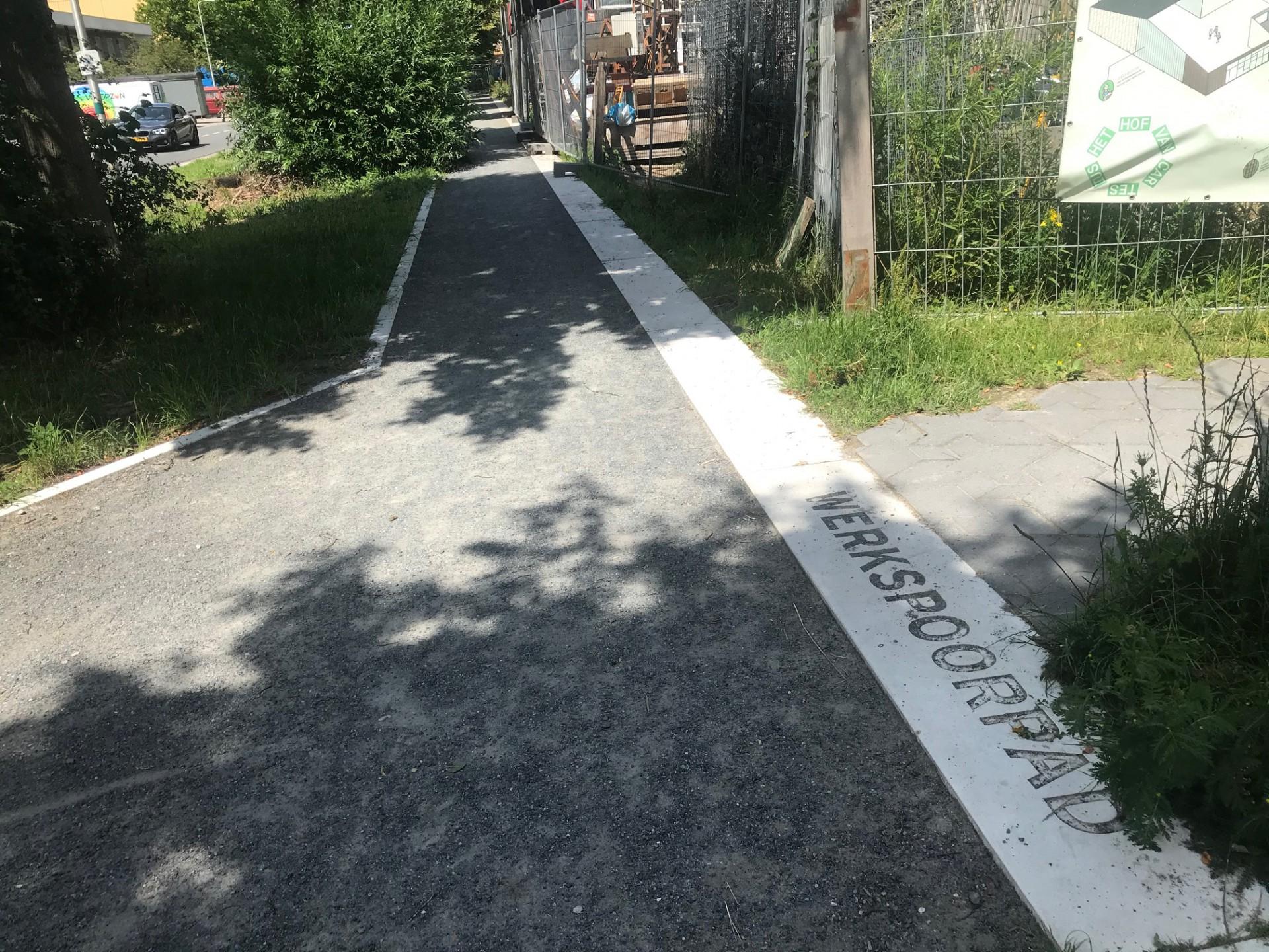 Detailfoto van het werkspoorpad, waar we de naam Werkspoorpad ook in een witte krijtstreep zien staan
