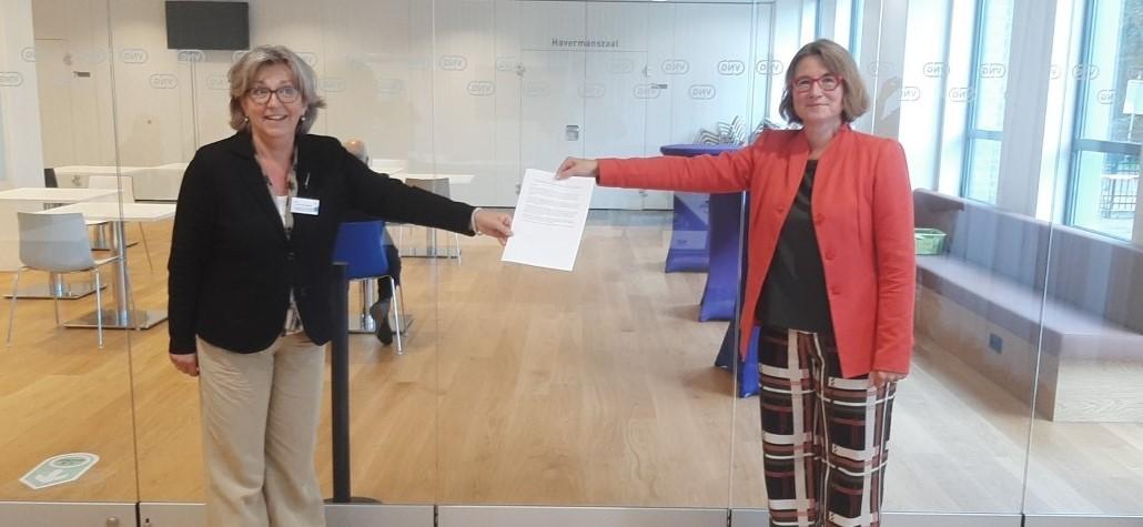 Karen van Dantzig overhandigt het position paper aan Ellen Nauta-Van Moorsel